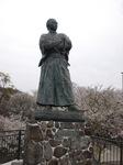 桜と龍馬さん.JPG